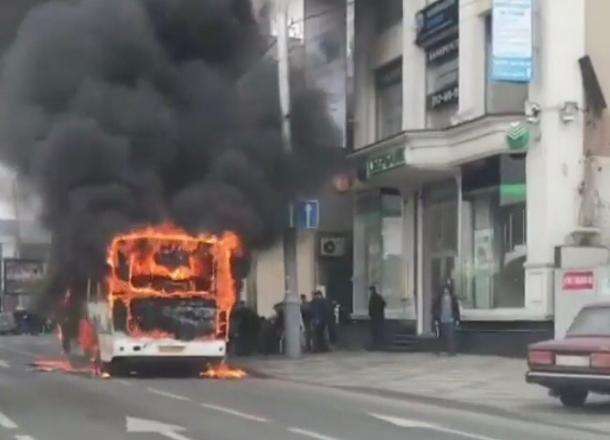 В Краснодаре во время движения загорелась маршрутка