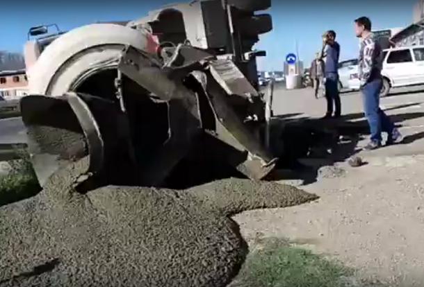 Цементовоз ушел под землю в Краснодаре