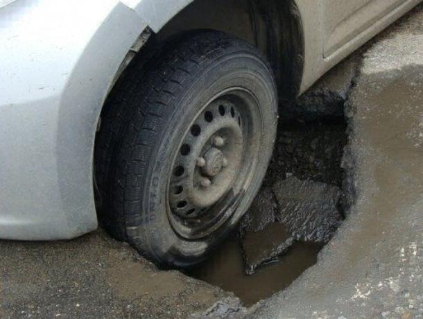 «Не будете же вы судиться с мэрией!» - в Краснодаре автоинспекторы отказались составлять протокол из-за провала автомобиля в яму