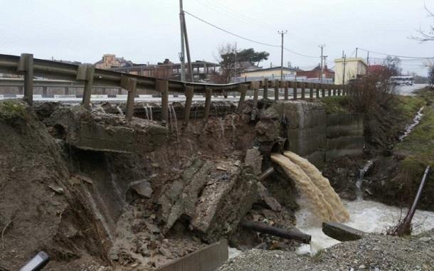 Ливень размыл дорогу и обрушил часть моста в Новороссийске
