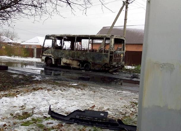 Пассажирский автобус полностью выгорел после столкновения с иномаркой под Ейском
