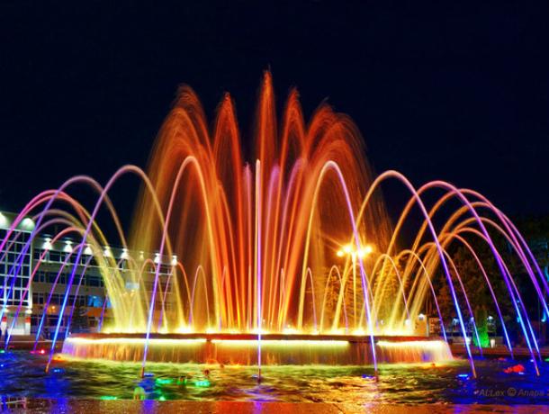 В Анапе внезапно заработавшие «певчие» фонтаны удивили горожан