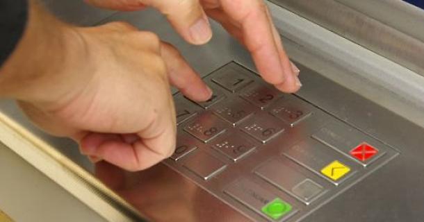 Житель Карачаево-Черкесии украл с карты краснодарца 100 тысяч рублей