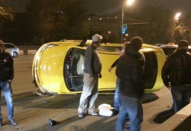 ВКраснодаре вДТП опрокинулось такси с 2-мя детьми