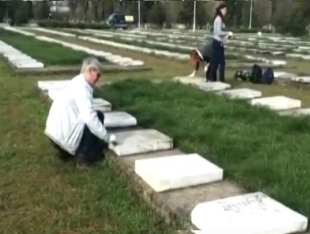 Студентов КубГУ отправили на субботник на кладбище отмывать гранитные плиты