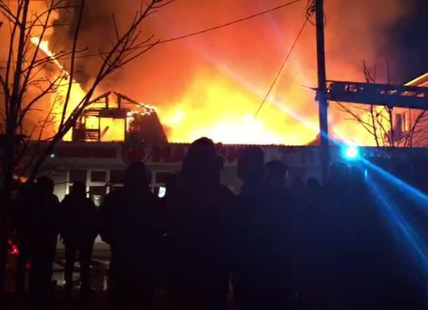 Загорелась гостиница в Анапе, огонь распространяется