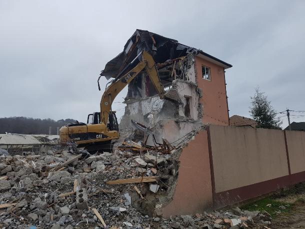 Три самостроя попали под ковш экскаватора в Сочи