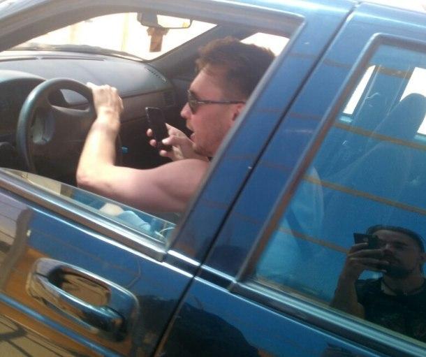 Пьяный водитель ездил по Краснодару с бутылкой алкоголя в руках