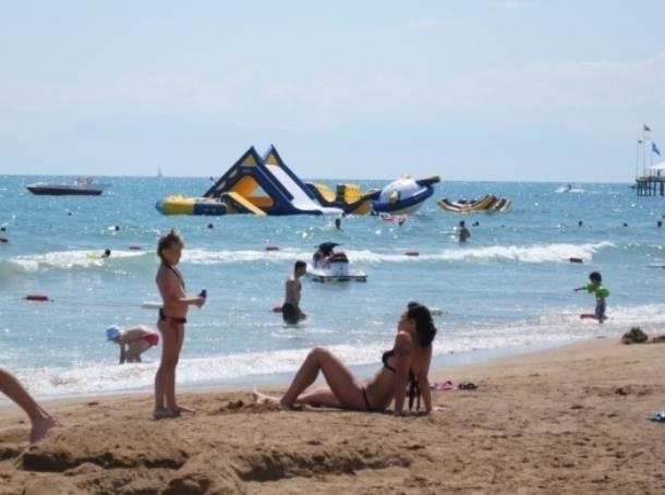 Ветер забрал с берега Анапы вморе 2-х рабочих нанадувном аттракционе