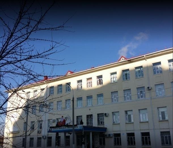 Крышу накраснодарской школе сорвало впроцессе ремонта карнизов