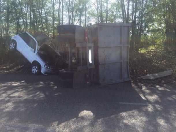 НаКубани оторвавшийся отКамАЗ прицеп снес вседорожный автомобиль