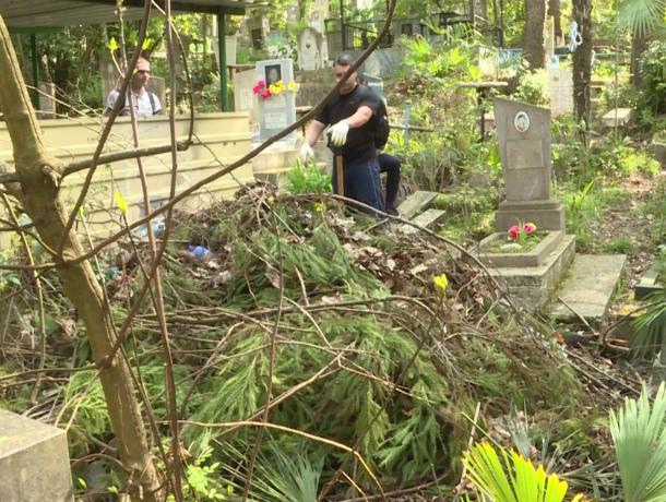 «Ни стыда, ни совести»: в Сочи на кладбище завалили могилы мусором в преддверии Радоницы