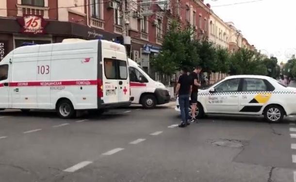 Карета скорой помощи и иномарка столкнулись в центре Краснодара