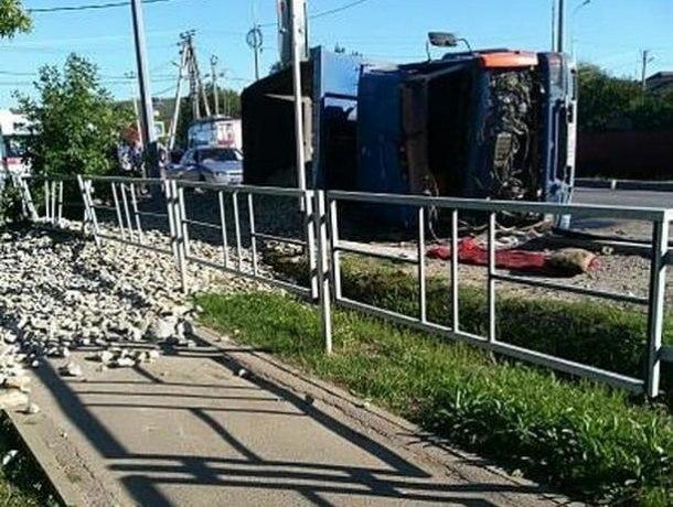 Перевернувшийся грузовик на Кубани засыпал гравием улицу