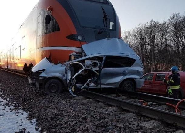 Иномарка столкнулась с пассажирским поездом в Краснодаре