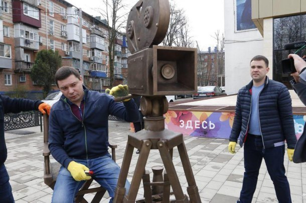 Украснодарского кинотеатра «Болгария» установили 500-килограммовую скульптуру
