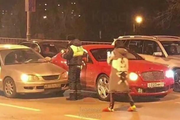Оскандалившаяся бизнесвумен на красном Bentley попала в ДТП на Северной в Краснодаре