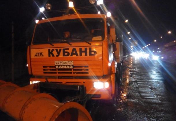 Улицы Краснодара обработали реагентами против гололеда