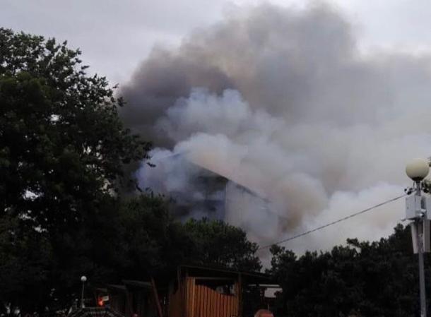 На Кубани из-за крупного пожара в кафе эвакуировали 15 человек