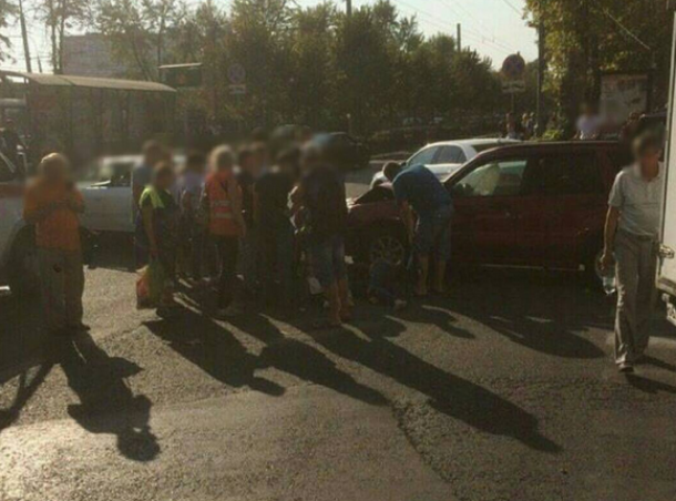 ВКраснодаре попавшая вДТП Тоёта сбила напереходе девушку