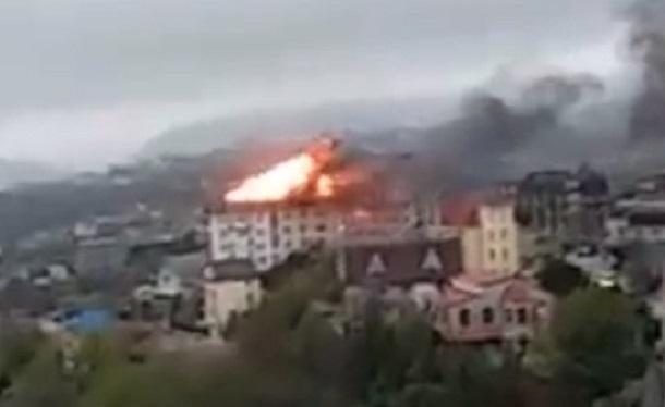 МЧС Сочи эвакуирует жильцов полыхающей пятиэтажки