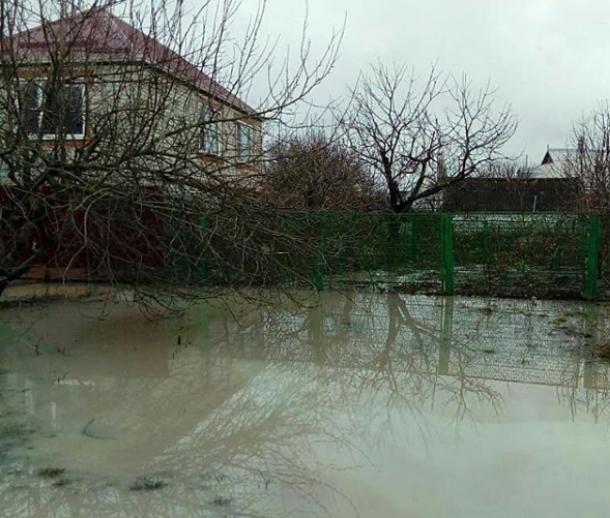 После прорыва трубы на улицах в кубанской станице образовалось озеро из сыворотки