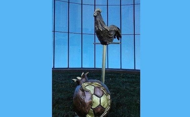 ВСочи установили двухметровую скульптуру петуха сфутбольным мячом