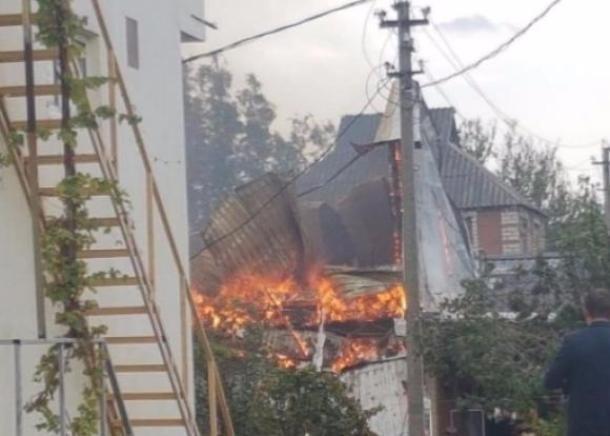 В Краснодаре из-за пожара около Тургеневского моста образовалась пробка