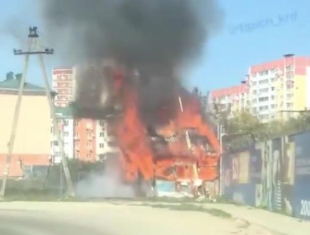 В Краснодаре вспыхнула жилая постройка