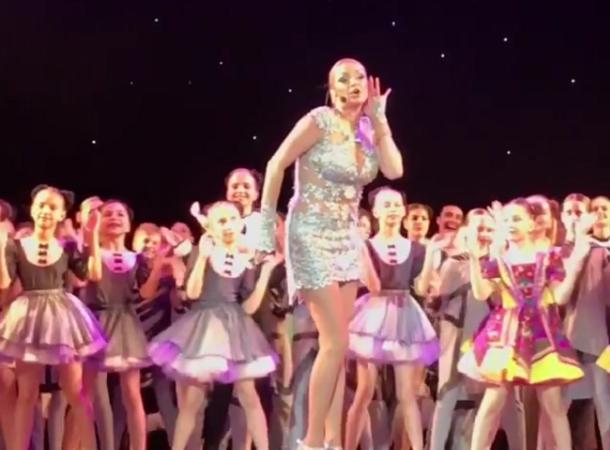 Волочкова шокировала откровенным нарядом на концерте для детей в Краснодаре