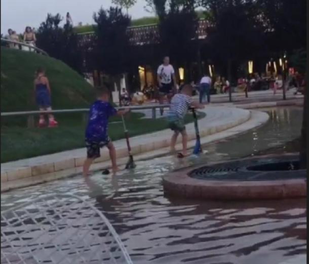 Катающиеся на самокате в фонтане дети возмутили краснодарцев