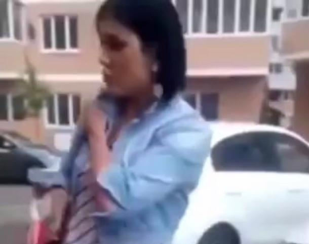 В Краснодаре пенсионер пристыдил женщину с ребенком, щелкающую семечки на детской площадке