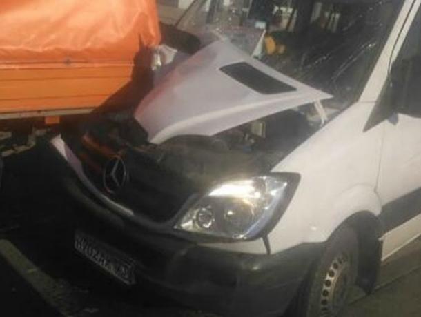 В Краснодаре пассажир маршрутки разбил лицо, когда водитель при обгоне врезался в «Газель»