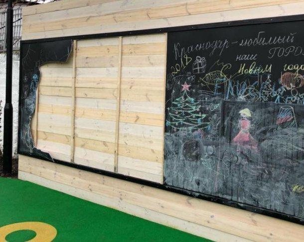 Вандалы разгромили детский открытый класс в только что сделанном парке в Краснодаре