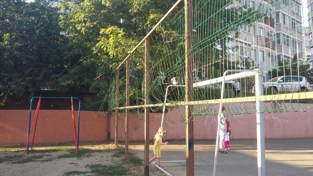 Опасная для жизни детская площадка появилась в Краснодаре