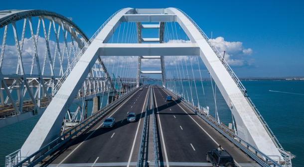 По Крымскому мосту проехали первые большегрузы