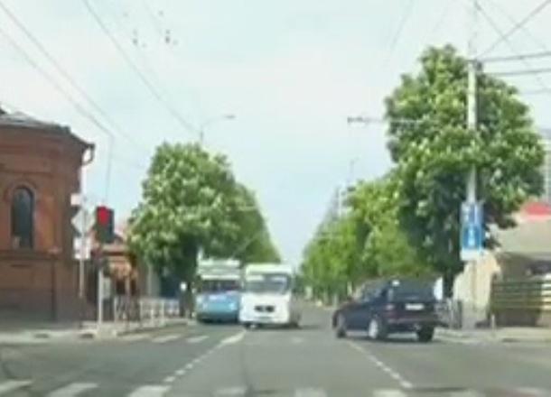 Водитель автобуса оштрафован за езду на красный свет в Краснодаре