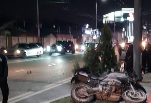 Два мотоцикла и легковушка столкнулись в Краснодаре: есть пострадавшие