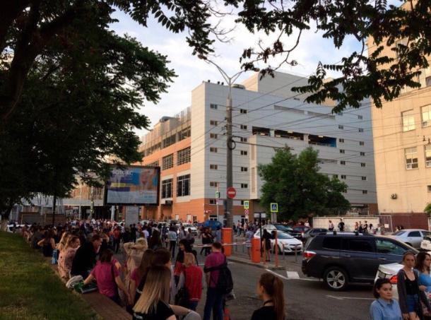 В Краснодаре эвакуировали несколько крупных ТЦ и аэропорт