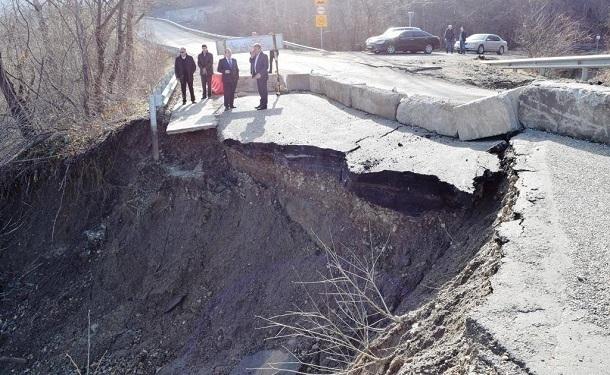 ВГорячем Ключе оползень разрушил часть дороги
