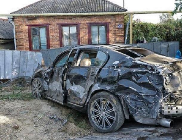 На Кубани водитель Lexus врезался в припаркованные машины и погиб