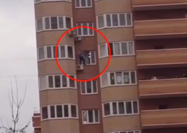 В Краснодаре мужчина полчаса стоял за окном высотки и выкрикивал оскорбления