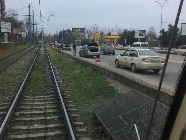 Под ж/д мостом в Краснодаре автомобилисты из-за глубокой ямы за пару дней потеряли десятки колес