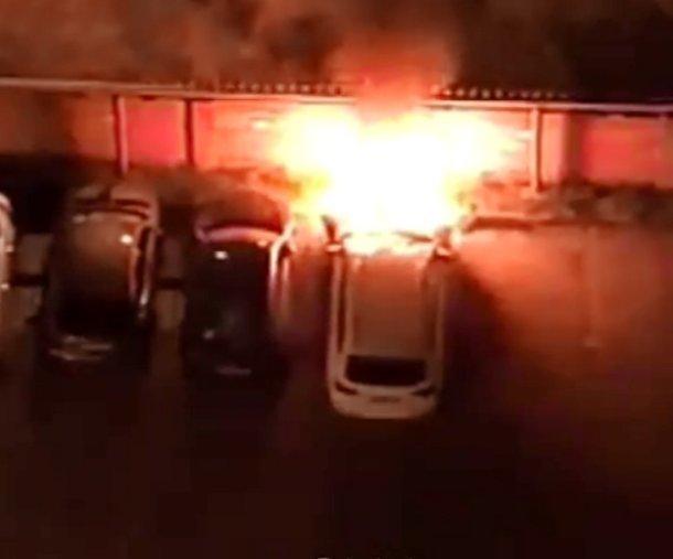 В Юбилейном микрорайоне Краснодара сгорела дорогая иномарка