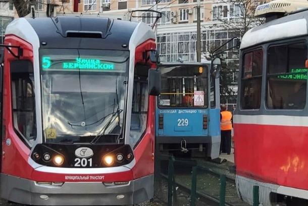 В Краснодаре у трамвая, работающего на маршруте, отвалилась дверь