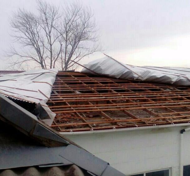Встанице Бакинской ветер сорвал крышу школьного спортивного зала