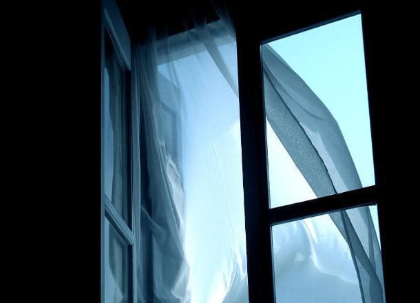 Малолетний ребенок выпал из окна в Новороссийске