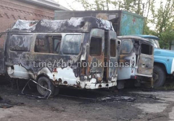 На территории больницы на Кубани сгорели две «скорые»