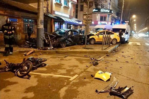 В Краснодаре 21-летний водитель устроил массовое ДТП, протаранив такси