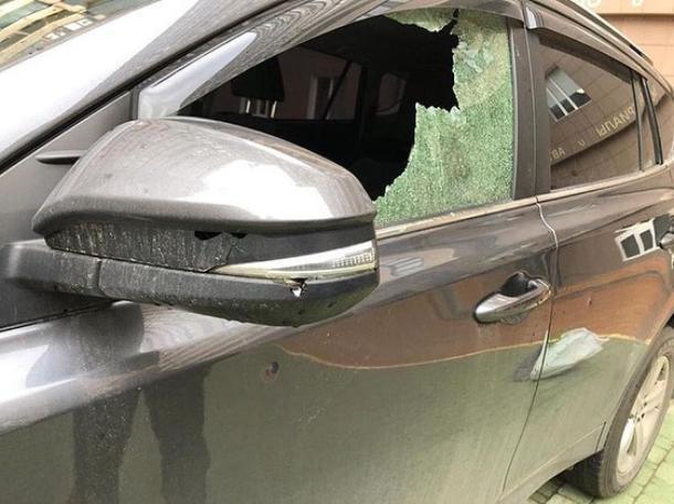 В самом центре Краснодара неизвестные расстреляли два автомобиля